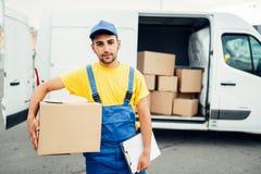 Ładunek dostawa, męski kurier z pudełkiem w ręce Obraz Royalty Free