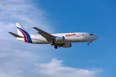 Ładunek 737 ląduje w ładnym niebie zdjęcia stock
