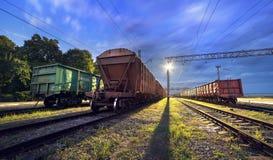 Ładunek taborowa platforma przy nocą Linia kolejowa w Ukraina Kolej Obrazy Royalty Free