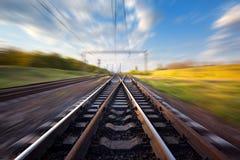 Ładunek taborowa platforma przy zmierzchem Linia kolejowa w Ukraina Kolej obraz royalty free