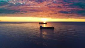 Ładunków statki żegluje w spokojnym wodnym pobliskim porcie Varna Widok z lotu ptaka piękny wschód słońca nad morzem zdjęcie wideo