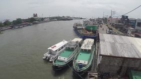 Ładunków statki dokowali na ogromnej Pasig rzece rozładowywać ich towary zbiory wideo