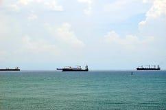 Ładunków statki na drodze blisko Cristobal, Panama wchodzić do Panamskiego kanał fotografia stock