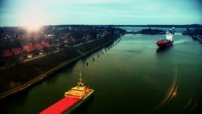 Ładunków statki przy zmierzchem w Kiel Cannal Niemcy, czasu upływ zbiory wideo