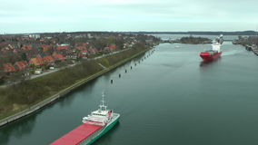Ładunków statki w Kiel Cannal, Niemcy, czasu upływ zdjęcie wideo