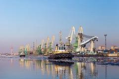 Ładunków tugboats w porcie i żuraw Fotografia Stock