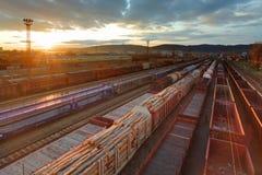 ładunków zafrachtowania stacjonują pociągi obraz stock