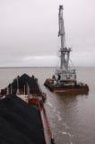 Ładunku żuraw przy estradowym pobliskim statkiem z węglem Obraz Stock