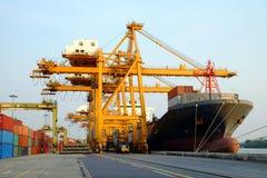 Ładunku giganta i statku dźwigowy działanie dla logistycznie na Obraz Stock