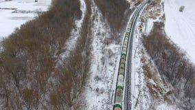 Ładunku pociąg dostarcza towary, paliwo, petrolium w zimie antena 4K zbiory wideo