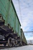 Ładunku pociąg z cysternowymi samochodami na śladach Zdjęcie Royalty Free