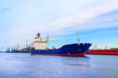Ładunku port Statek jest błękitny Frontowy widok Obraz Stock