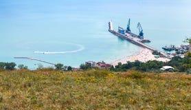 Ładunku port z żurawiami na molu Balchik miasteczko Zdjęcia Stock