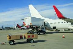 Ładunku samolot ładuje handlowego produkt w lotnisku zdjęcie royalty free