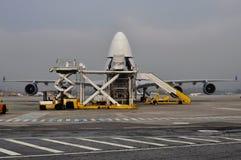 Ładunku samolotu ładowanie Fotografia Royalty Free