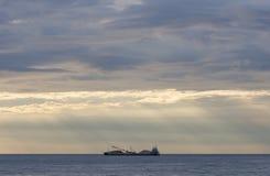Ładunku statek ładujący z kamieniami przy zmierzchem Fotografia Royalty Free