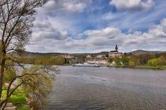 Ładunku statek cumował na rzecznym Elbe w wiosny Litomerice mieście w republika czech Fotografia Royalty Free