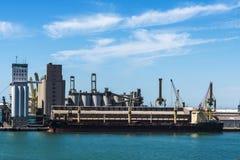 Ładunku statek cumował w porcie Barcelona, Hiszpania Fotografia Royalty Free
