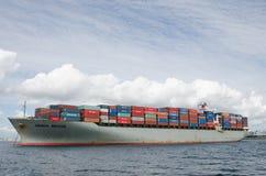 Ładunku statek Czeka Rozładowywającym w Long Beach, Kalifornia Obraz Royalty Free
