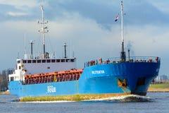 Ładunku statek Holstentor żegluje jego ostateczny cel w porcie Zdjęcia Stock