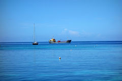 Ładunku statek i żeglowanie jacht achored w grenadynach Zdjęcia Royalty Free