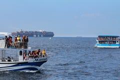 Ładunku statek i turystyczne łodzie obrazy stock