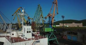 Ładunku statek jest w Portowym molu przy ładowaniem węgiel zdjęcie wideo