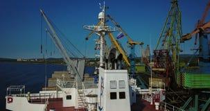Ładunku statek jest w Portowym molu przy ładowaniem węgiel zbiory wideo