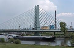 Ładunku statek na głównej rzece przed przemysłowym terenem w Frankfurt, Niemcy Fotografia Royalty Free