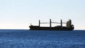 Ładunku statek na odległym horyzoncie zdjęcie stock
