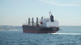 Ładunku statek przed krajobrazem i Bosphorus zbiory wideo