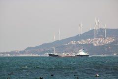 Ładunku statek przy Onaruto mosta przepustką zdjęcie stock