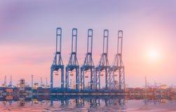 Ładunku statek w handlu porcie, zbiornik ładownicza wysyłka żurawiem zdjęcie stock