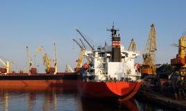 Ładunku statek w porcie Zdjęcia Stock