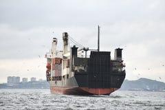 Ładunku statek w schronienie logach systematycznie usuwających brandnames i obraz royalty free