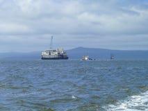 Ładunku statek z żurawiem odgórny widok Pipelaying barka Obraz Stock