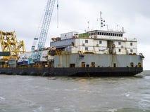 Ładunku statek z żurawiem odgórny widok Pipelaying barka Zdjęcie Stock
