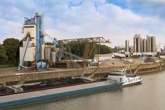 Ładunku statek z węgla ładunkiem blisko fabryki Zdjęcie Royalty Free
