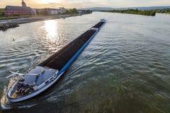 Ładunku statek z węglowym masa ładunkiem na rzecznym Rhine w Mainz, zarazek Fotografia Stock