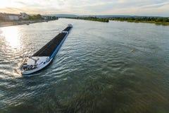 Ładunku statek z węglowym masa ładunkiem na rzecznym Rhine w Mainz, zarazek Obraz Royalty Free