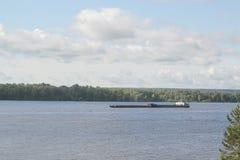 Ładunku statku żeglowanie na Volga rzece Zdjęcia Stock