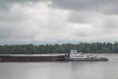 Ładunku statku żeglowanie na Volga rzece Zdjęcie Stock