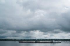 Ładunku statku żeglowanie na Volga rzece Obraz Stock