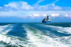 Ładunku statku żeglowanie wewnątrz morze Obraz Royalty Free