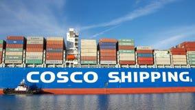 Ładunku statku COSCO odpryskiwania himalaje manewruje w port Oakland zdjęcia royalty free