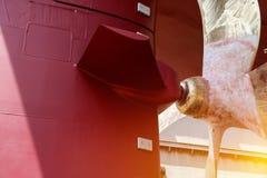 Ładunku statku Srogo zakończenie w górę śmigła z rudder pod naprawiania i utrzymania inspekcją obrazy stock