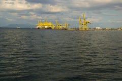 Ładunku statku Terminal Zbiornika terminal Przemysłowy port na horizont shipwreck Obraz Stock