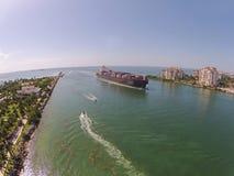 Ładunku statku zbliżać się Zdjęcie Royalty Free