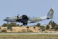 Ładunku Turbośmigłowy Militarny Samolotowy lądowanie Fotografia Royalty Free