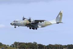Ładunku Turbośmigłowy Militarny Samolotowy lądowanie Obraz Royalty Free